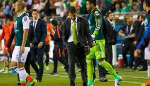 Juan Carlos Osorio, cabizbajo tras ser goleado por Chile