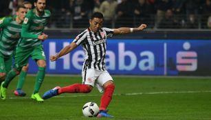 Fabián cobra el penalti para su equipo