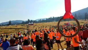 Runners al cruzar la meta de la carrera Split 9K
