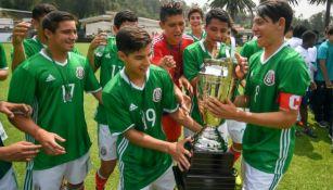 Lainez celebra con el Tri Sub 17 en el Torneo de Naciones 2016