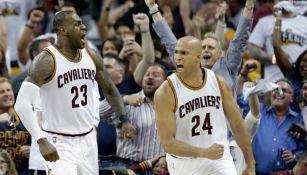 LeBron James y Richard Jefferson celebran el triunfo de los Cavs
