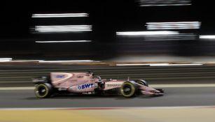 Sergio Pérez en su monoplaza durante la carrera del GP de Bahrein