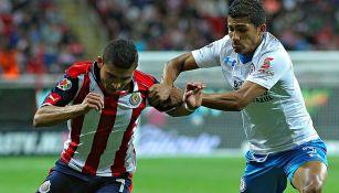 Orbelín y Joao lucha por el balón