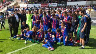 Equipo Juvenil B del Barcelona celebra segundo lugar del torneo