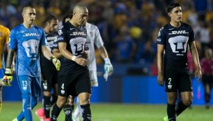 Dario Verón y Josécarlos Van Rankin salen del campo tras ser goleados por Tigres