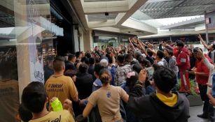 Aficionados Pumas a las afueras de una tienda en un centro comercial al sur de la CDMX