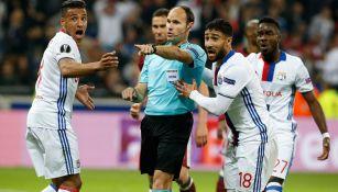 Jugadores del Lyon le reclaman al árbitro en duelo contra Besiktas