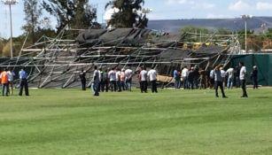 Personal de Protección Civil intenta retirar la estructura