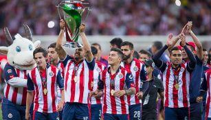 Chivas muestra el trofeo de Campeón ante su afición