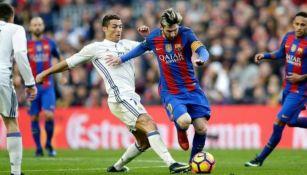 CR7 y Messi pelean un balón en el Clásico