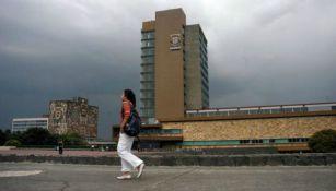 Una alumna camina frente al edificio de rectoría en CU