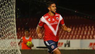 Eduardo Herrera festeja un gol con Veracruz