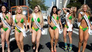 Concursantes de Miss Bum Bum caminan por las calles de Brasil