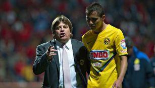 Miguel Herrera y Paul Aguilar, durante un partido en 2013