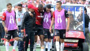 Leiton Jiménez abandona la cancha del Estadio Chivas tras sufrir una lesión