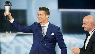 Cristiano Ronaldo levantando el premio 'The Best'