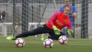 Ter Stegen ataja un balón durante un entrenamiento del Barcelona