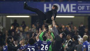 Jugadores del Chelsea levantan a Antonio Conte