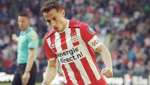 Andrés Guardado en un partido del PSV