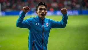 Ángel Mena festeja al término de un partido de Cruz Azul