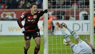 Chicharito Hernández festeja un tanto con el Bayer Leverkusen