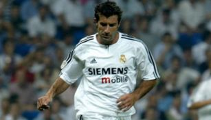 Luis Figo en un partido con el Real Madrid