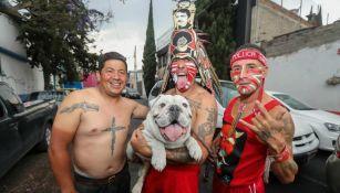 Miembros de la 'Perra Brava' posan con su mascota