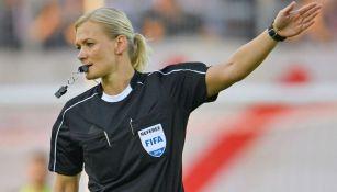 Bibiana Steinhaus dirige un partido de futbol