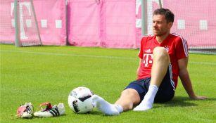 Xabi Alonso, descansa tras un entrenamiento con el Bayern