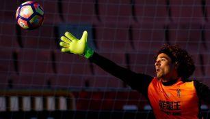 Memo Ochoa, a punto de atajar un balón con el Granada