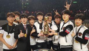Los integrantes de SKT sostienen el trofeo de Campeón del MSI