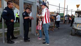 Aficionados de Chivas presenta sus boletos para ingresar al Volcán