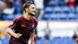 Totti celebra uno de sus últimos goles con la Roma
