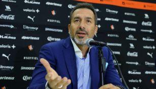 Gustavo Matosas en una conferencia de prensa del Atlas