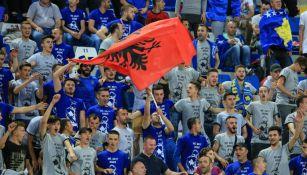 Aficionados de Kosovo durante el juego contra Turquía