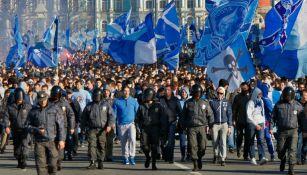 Aficionados rusos caminan al estadio mientras son custodiados