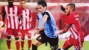 Pedro Arce controla el balón en un juego en Grecia