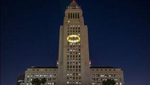 La Batiseñal brilla en el City Hall de Los Angeles
