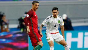 Salcedo marca a Cristiano Ronaldo en el juego entre Portugal y México