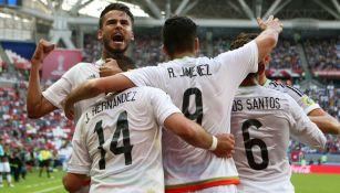 Reyes, CH14 y Jiménez celebran un gol de México