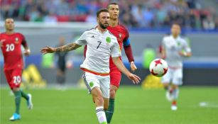 Layún intenta controlar el balón ante la marca de Cristiano Ronaldo