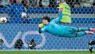 Ochoa hace una gran atajada en el duelo vs Portugal