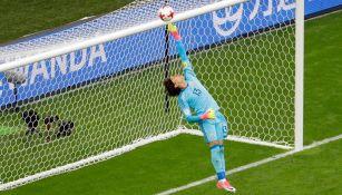 Ochoa realiza una notable atajada frente a Portugal