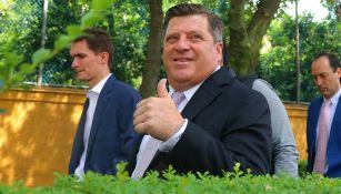 Miguel Herrera saluda a la cámara previo a su presentación con América