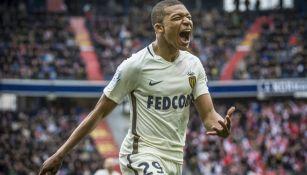 Mbappé celebra una anotación con Mónaco en Francia