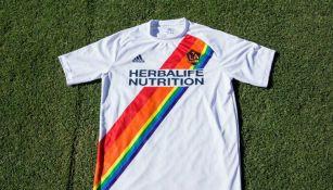 a008e41d1a43f Así será la camiseta conmemorativa por el día LGBT del Galaxy de Los Angeles