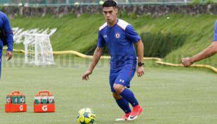 Felipe Mora, durante su primer entrenamiento con Cruz Azul