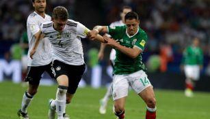 CH14 disputa un balón con Matthias Ginter en el juego Alemania vs México