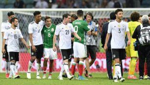 Los jugadores de Alemania y México se saludan tras el partido