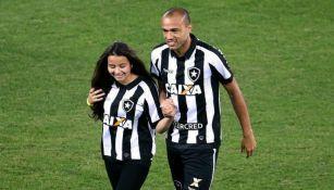 Giulia junto a su padre Rogerio en la cancha del estadio Nilton Santos